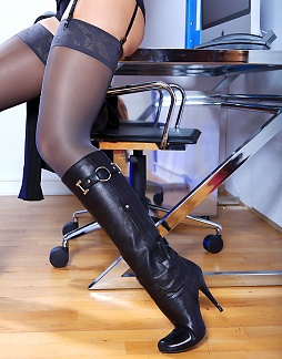 Hot Secretary in Leatherboots!